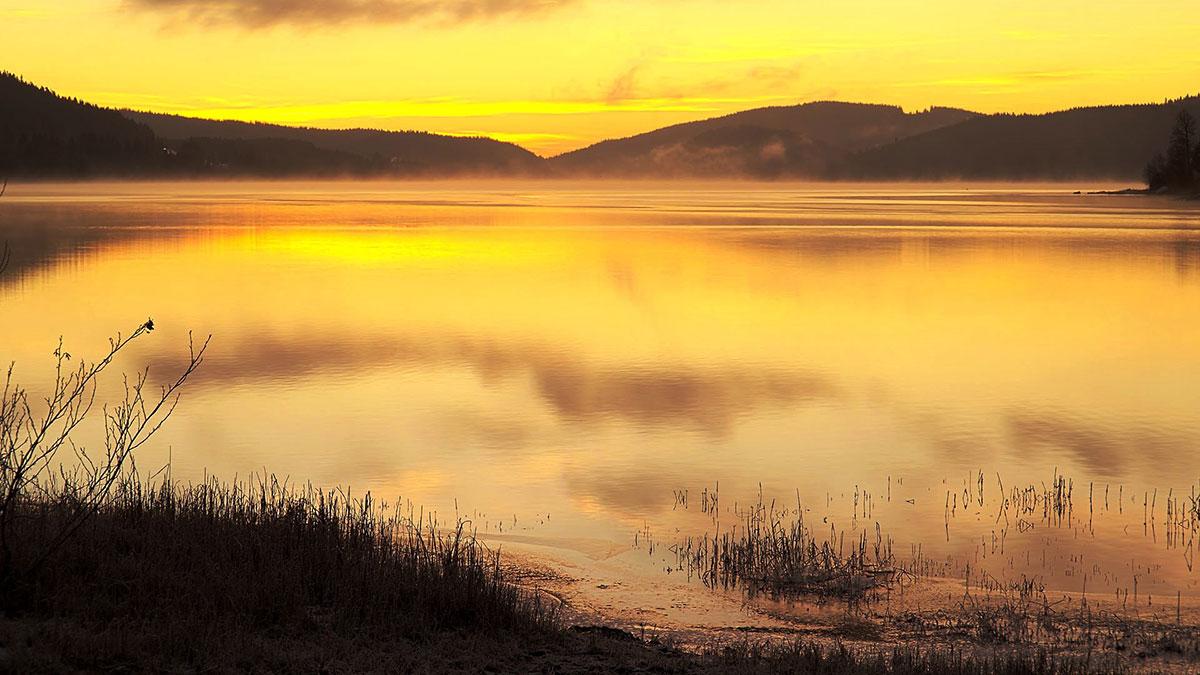 Romantyczny wschód Słońca nad jeziorem