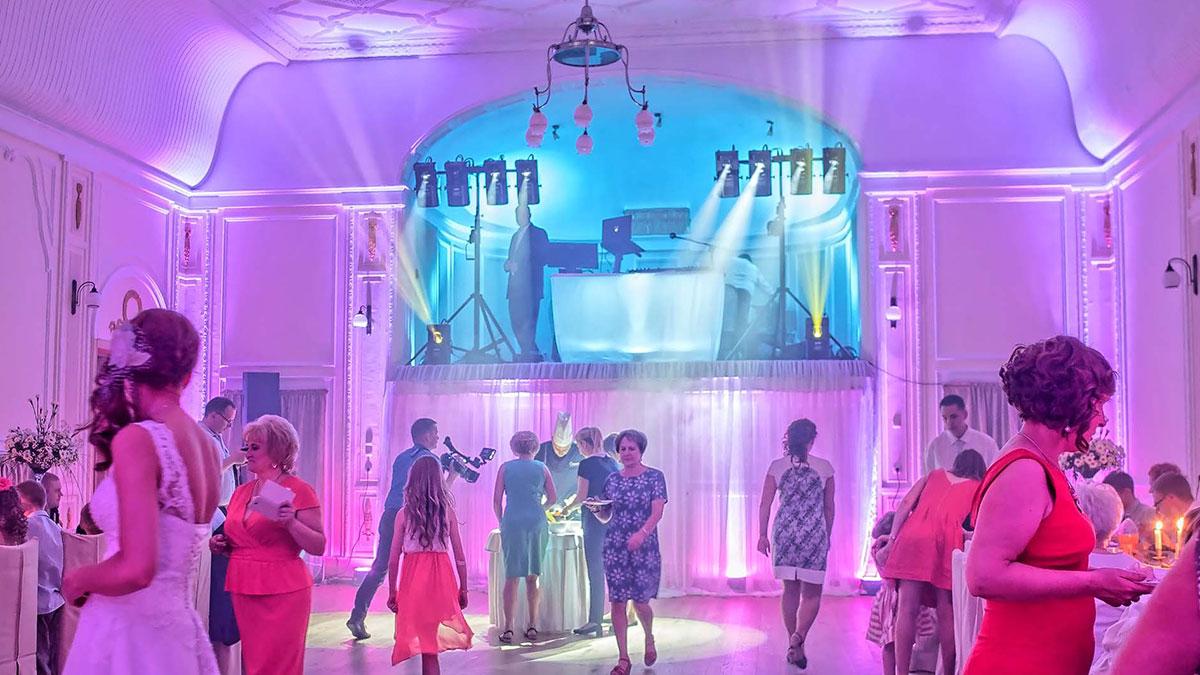 Dekoracje światłem na weselu - oświetlony parkiet