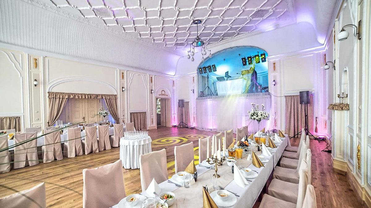 Dekoracje światłem - przygotowania do rozpoczęcia zabawy weselnej